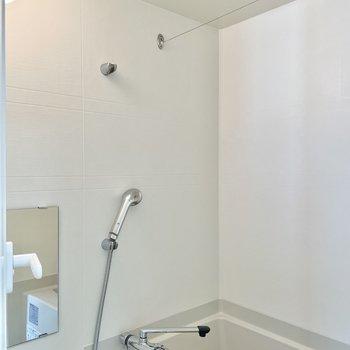 浴室乾燥機付き!ハンガーをかけるところは、棒じゃなくて出し入れできるワイヤーです。