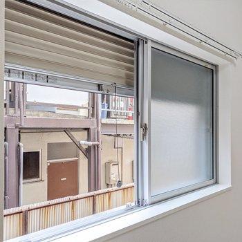 小窓にもシャッターがついていて安心です。