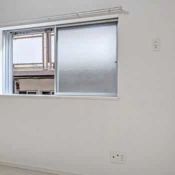 小窓の近くにテレビを置けます。
