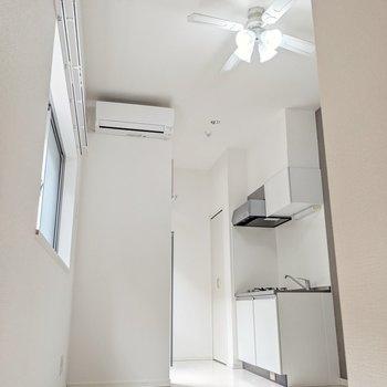 天井の高い開放感のある居室がお目見え。