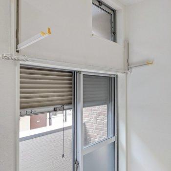 窓の上に室内物干しがついています。シャッター雨戸もありますよ。