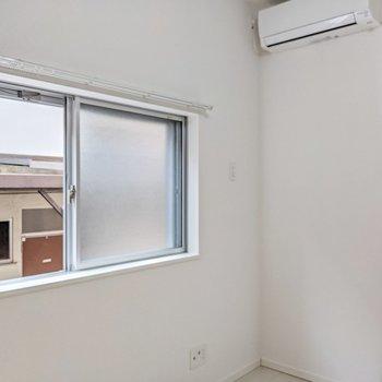 窓は東向きに2面。