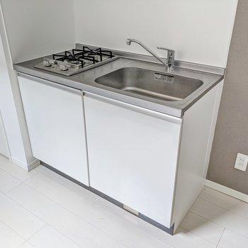 キッチンは2口コンロ。シンク側に冷蔵庫を置けます。