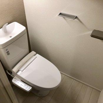 ダウンライトでオトナな印象のトイレです。(※写真は4階の反転間取り別部屋のものです)