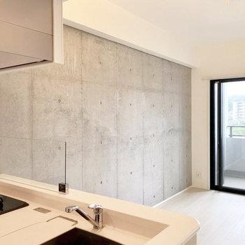 コンクリ×白(※写真は4階の反転間取り別部屋のものです)