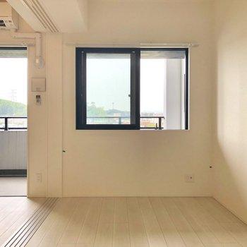 小窓で洋室も採光◎(※写真は4階の反転間取り別部屋のものです)