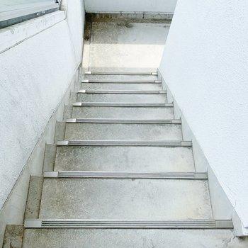 お部屋までは階段で上がりましょう!