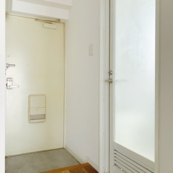 反対側には玄関とドアが!あけてみると…