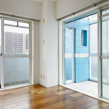 【洋室5.3帖】大きな窓が2つ。あけておくと、初夏の爽やかな風が入ってきます。