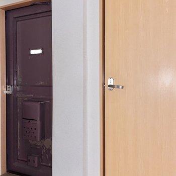 トイレは玄関そばに。玄関扉は少し年季が入っておりますね。