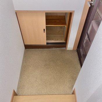 靴箱はコンパクト・・!玄関に小さなラックをプラスしてもいいですね。