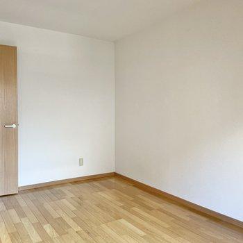 ここは約6帖の洋室。ダブルベッドを置いて仲良く就寝しましょうか。