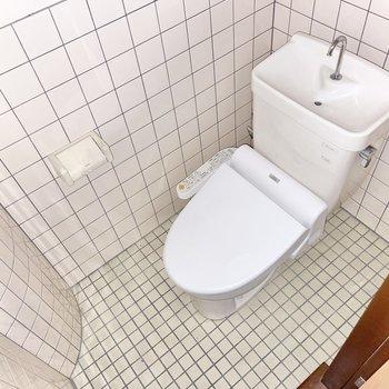 トイレはタイル張り。スリッパがあるとよさそう◯