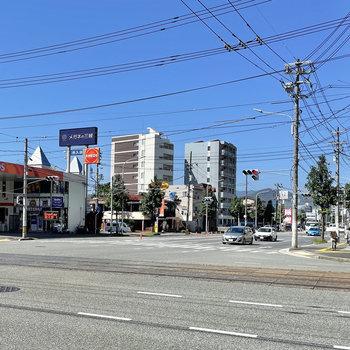 周辺には、コンビニやスーパー、ファミレスがあります。最寄り駅までも4分ですよ◯