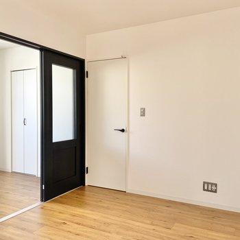 TV代は白い扉の横に置きましょうか。
