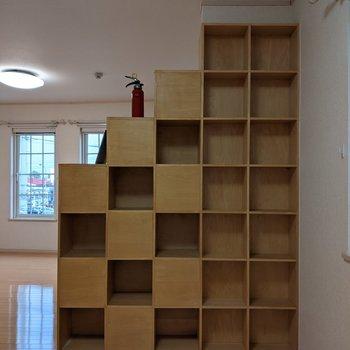 【洋室】収納棚のこちら側には本や小物などを飾るといいですね。