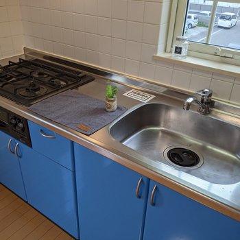【LDK】快適に料理ができるシステムキッチンです。