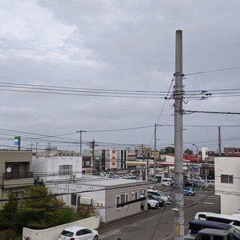 【洋室窓からの景色】周辺の建物や空を眺めることができます。