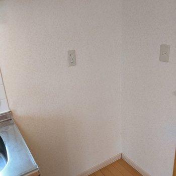【LDK】キッチン横には冷蔵庫を置くスペースがあります。