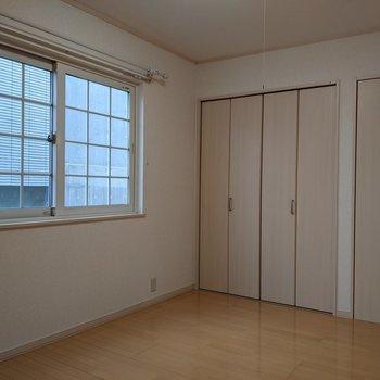 【洋室】約5.3帖の広さです。ベッドを置いて寝室にどうぞ。