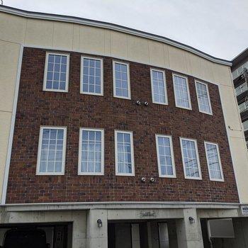 窓が特徴的な建物です〜。