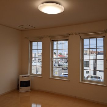 【LDK】大きな窓が3箇所にあります。明るく暮らせます◎