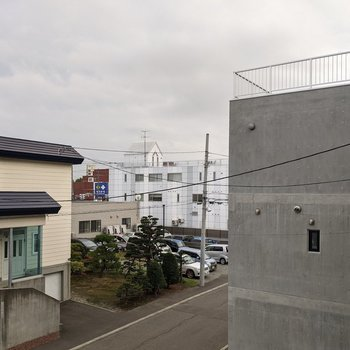 【LDK窓からの景色】3窓ともに、周辺の建物や空を眺められますよ。