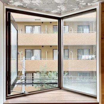 この個性的な出窓がまたいい…。レトロ感もあり。