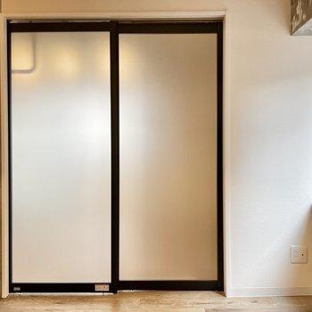 スライドドアは半透明。また床にレールがない釣ってるタイプ。