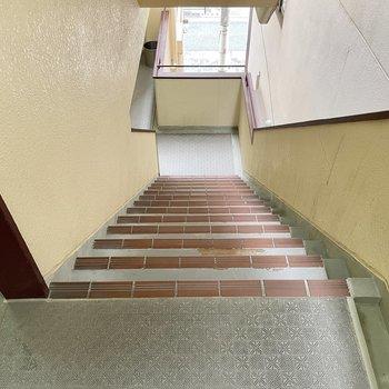 【共用部】階段は少し横幅あり。
