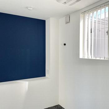 アクセントクロス側の壁にはテレビ端子があります。お好みでテレビを置いてもよさそうです。