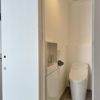 洗面付きのトイレ。ペーパーホルダーも抜かりなくこだわりを。