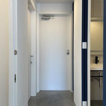 玄関はモルタル。内覧の際は、お部屋に入った瞬間から引き込まれることでしょう。