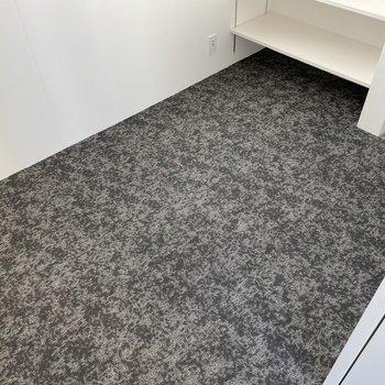 フロアはカーペット。サイズ感もコンパクトなので、衣装部屋にしてもよさそうです。
