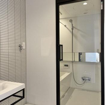 そして浴室扉はガラス張り。憧れます。