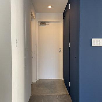 小さな◯がある扉がトイレと脱衣所です。取手がないって、なんだかお洒落。
