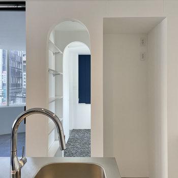 アーチの空洞には可動式の収納があります。隣には冷蔵庫などの家電を置きましょう。