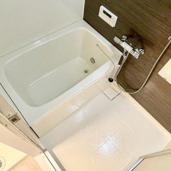 バスルームも塗装やパネル貼りですごくきれいになっています。そして追い焚き機能付き。