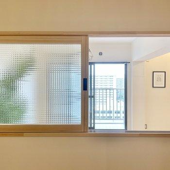 【洋室(東向き)】木製の窓枠にキュンとします。