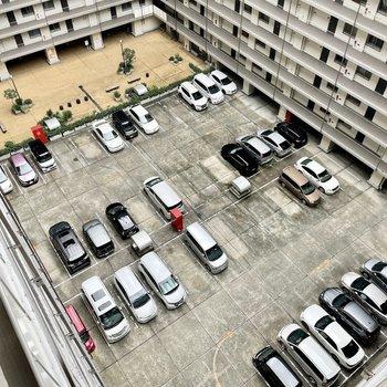 【共用部】エントランスと駐車場が真ん中にあります。(駐車場は使用できません)