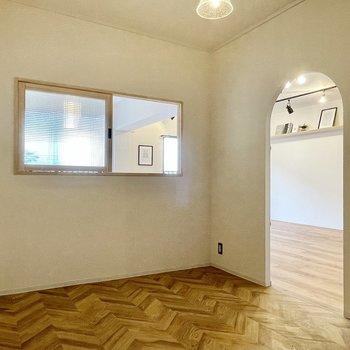 【洋室(東向き)】アーチと室内窓の組み合わせは鉄板。さらにここだけヘリンボーンなんです。