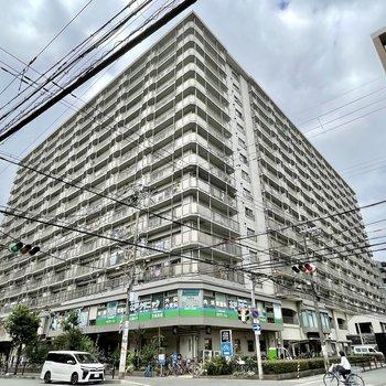 1階にスーパー、2階の一部にテナントが入っていて、戸数がものすごいマンションです。