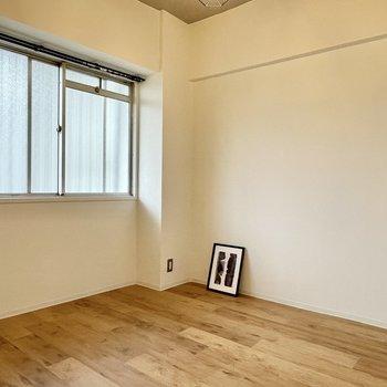 【洋室(西向き)】もうひとつの洋室は廊下に面しています。天井がリネンっぽいクロスでほっこり◎