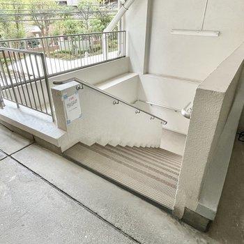 【共用部】1階へ降りられる階段も!スーパーがあるため、居住区域は2階スタートなんです。