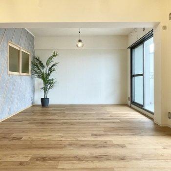 【LDK】圧巻の18帖。床は木目調のフロアタイル。本物みたいな柄としっかり歩きやすいのがいい!