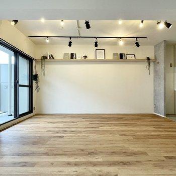 【LDK】ワイドな飾り棚も!こんな風に、好きなアートや雑貨を飾ってあげたいなあ。