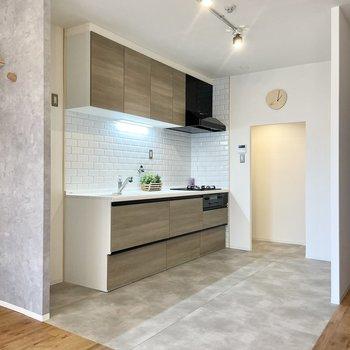 キッチンはフロアタイルを変えてメリハリ。