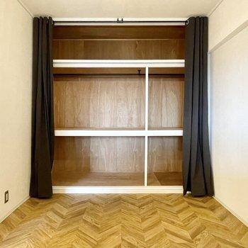 【洋室(東向き)】押入れを改造した大きな収納付き。目隠しはカーテンで◎