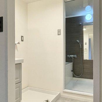洋室の向かいには洗面所。白とグレー調の空間です。