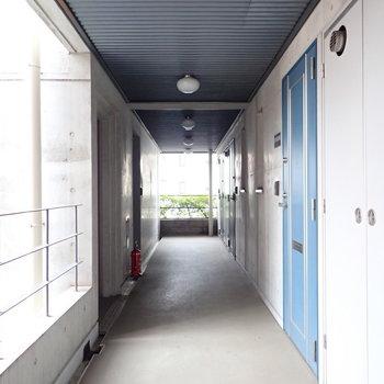 【共用部】ゆったりとした廊下です。